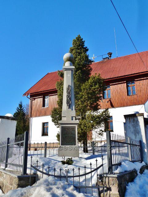 Říčky v O.h. - památník obětem válek a poválečného období 1945 z řad tehdejších  německých obyvatel před budovou Obecního úřadu