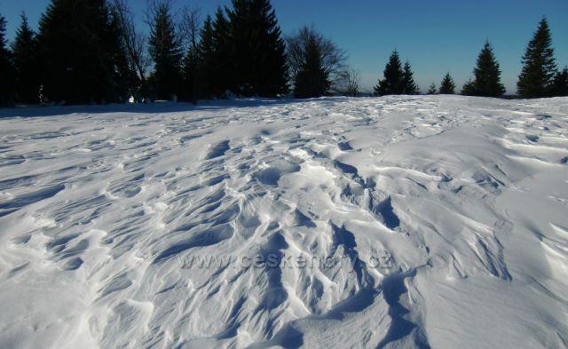 vítr tvoří ve sněhu