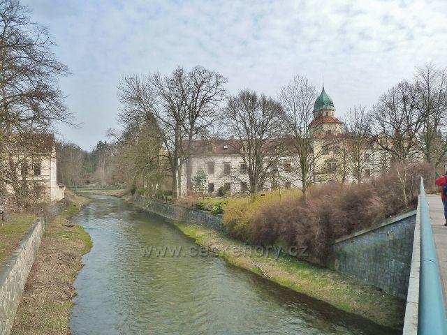 Častolovice - říčka Bělá u zámku v Častolovicích