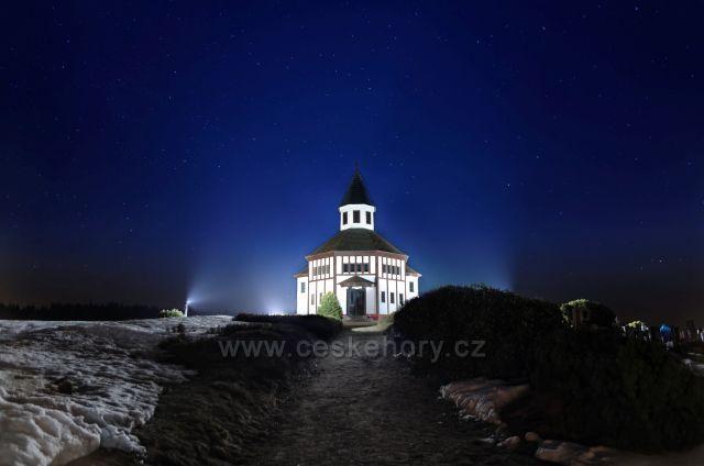 Tesařovský kostelík pod hvězdnou oblohou.