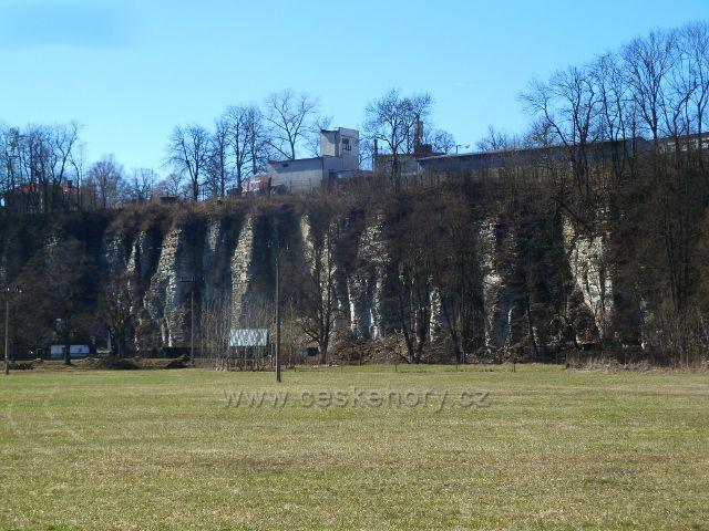 Žamberk - skalní stěny nad Divokou Orlicí podd areálem bývalých kasáren