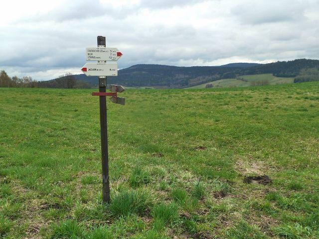 Vlčkovice - turistický rozcestník u hřbitova