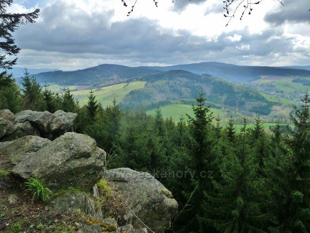 Studenecké skály - pohled k Šibeničnímu vrchu.V pozadí vrch  Klepý s rozhlednou