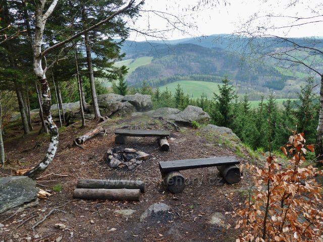 Studenecké skály - lavičky na rozhledovém místě na vrcholu skal
