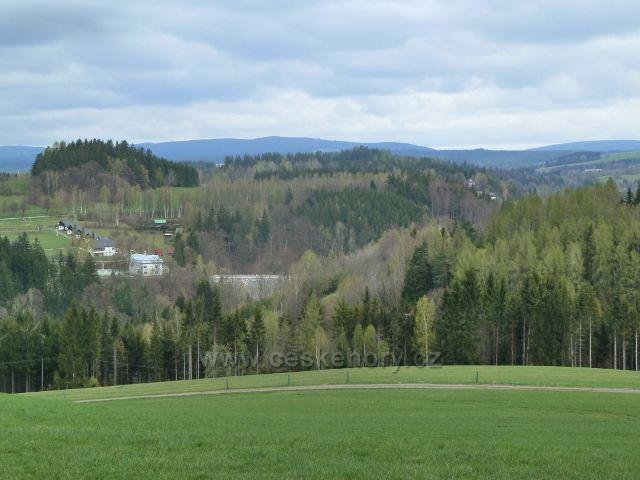 Nekoř - pohled na hráz Pastvinské přehrady a objekt elektrárny
