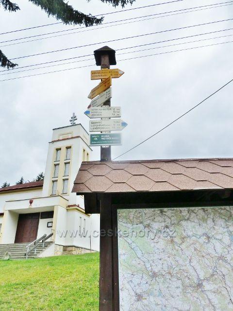 Nekoř - turistický rozcestník na náměstíčku