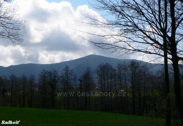 pohled od Kostelního lesa v Trojanovicíh na Lomné na Radhošť