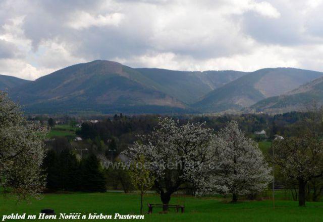 pohled z pod Javorníka na Horu Noříčí a hřeben Pusteven