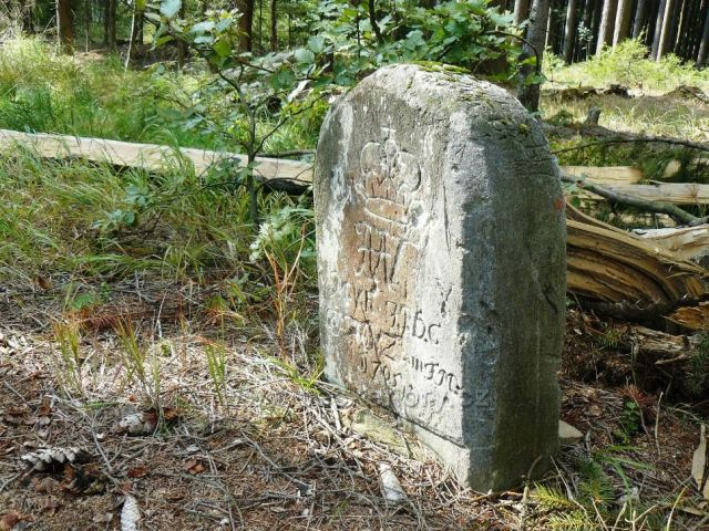 Hraniční kámen u rozcestníku Mrtvý muž