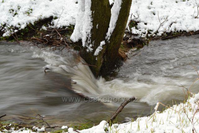 Tání sněhu 28.4.2017 na Světlohorském potoku.