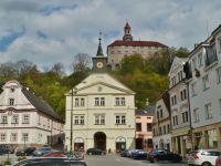 Náchod - Stará radnice je sídlem informačního centra, pohled na zámek z Masarykovo náměstí