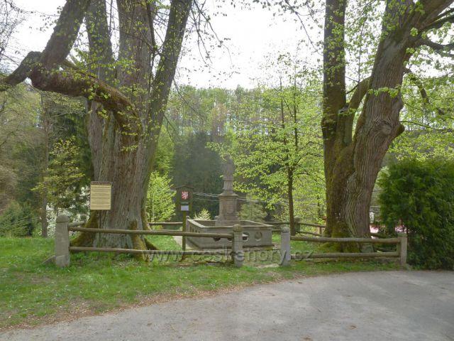 Kunvald - lípy a socha sv.Jána, tabule Bratrská kovárna