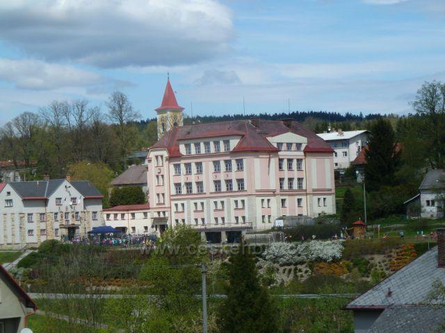 Kunvald - střed obce, škola a sokolovna s Úřadem městyse