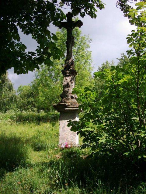 Boží muka u dřevěného kostelíku v Klepáčově