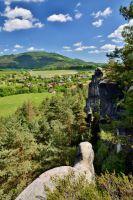 Výhled z Klokočských skal na Kozákov.