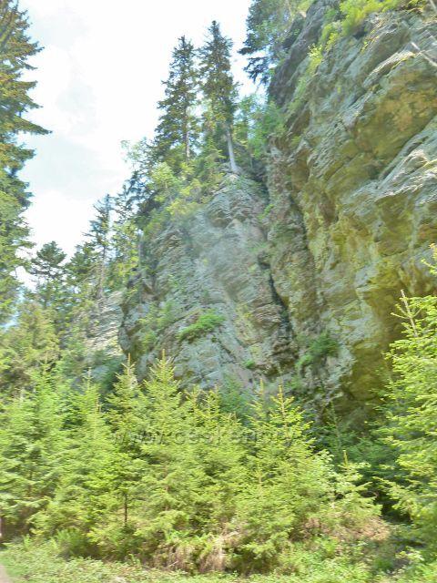 Rešovské vodopády - skalní útvary nad soutokem Huntavy s Tvrdkovským potokem