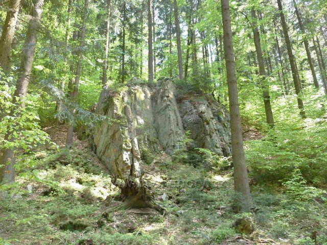 Rešov - skaliska nad neznačenou cestou do Rešova