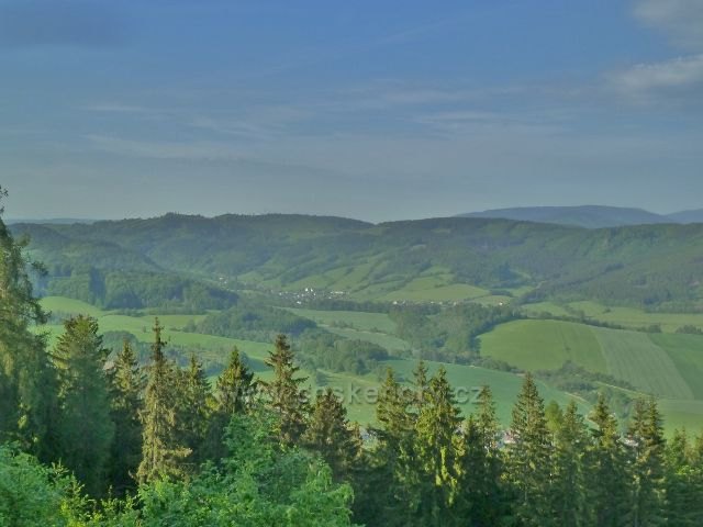 Rozhledna Háj - pohled z cesty k rozhledně  k Jeseníkům a do údolí Loučné