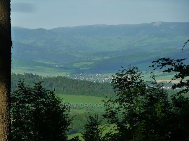 Rozhledna Háj - pohled z cesty k rozhledně do údolí Loučné a k Jeseníkům