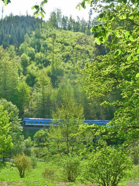 Branná - spěšný vlak z Jeseníku projíždí pod Mariánským pramenem