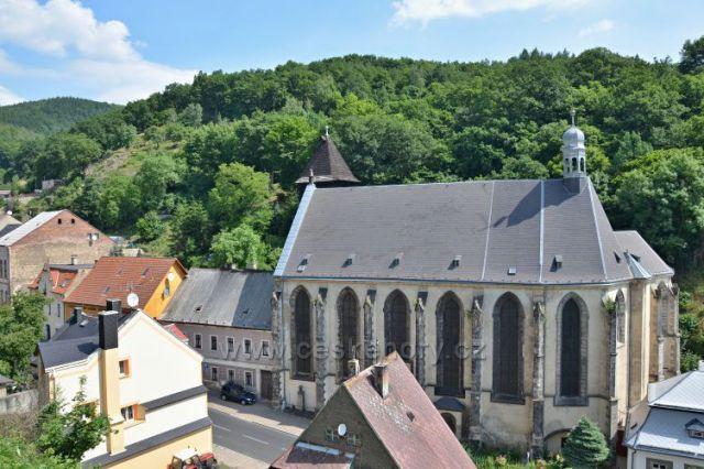 Kostel Nanebevzetí Panny Marie.vlevo dřevěná zvonice