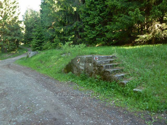 Zbytky pevnostního zařízení nad tvrzí Bouda u červené TZ na Suchý vrch