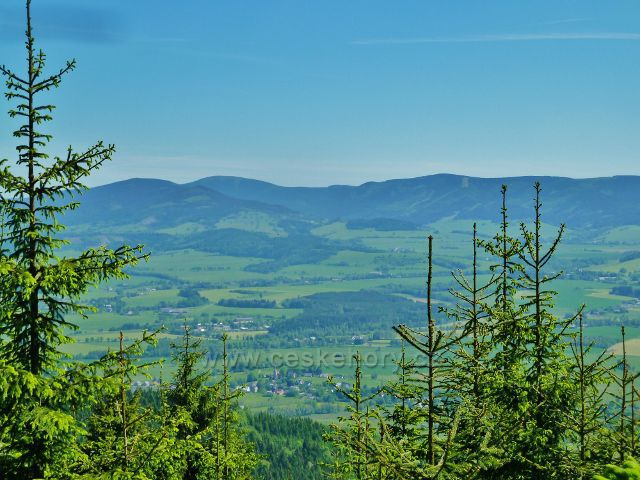 Pohled od přístřešku pod Bradlem na Dolní Boříkovice a masiv Králického Sněžníku včetně jeho nejvyššího vrcholu
