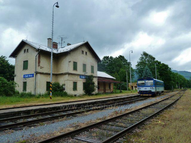 Nádraží ČD Zlaté Hory a modrý motoráček, který obsluhuje místní regionální trať z Mikulovic