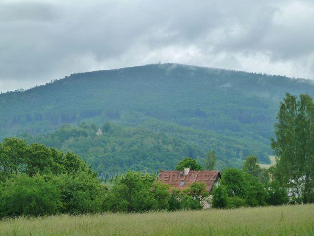 Zlaté Hory - pohled od nádraží ČD na vrch Biskupská kupa (890 m.n.m.) se stejnojmennou rozhlednou