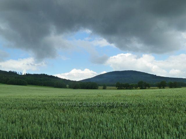 Česká Ves - pohled na vrch Kamenáč (735 m.n.n.) nad obcí Písečná