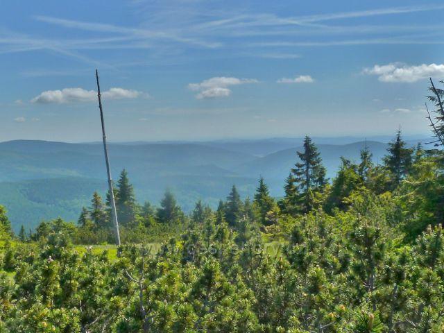 Zpětný pohled z cesty na vrchol Malého Děda na okolní vrcholky Jeseníků