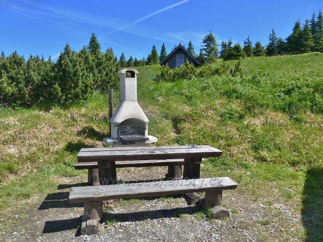 Švýcárna - krb s posezením  před chatou