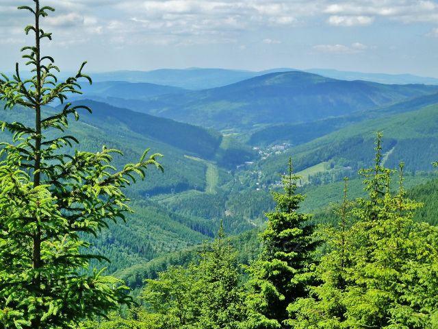"""Pohled z vyhlídkového místa """"U Výrovky"""" do údolí Desné na Kouty a Loučnou"""
