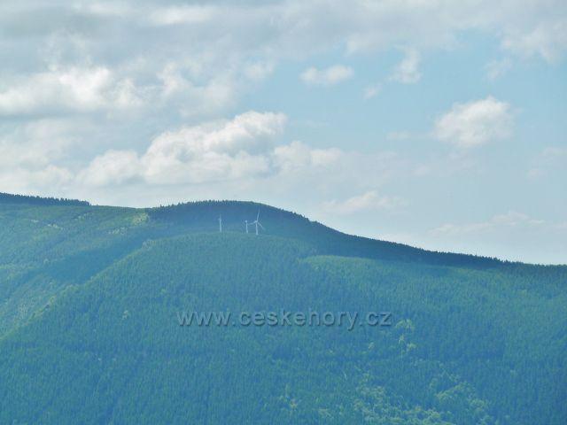 Pohled na větrné elektrárny pod Medvědí horou