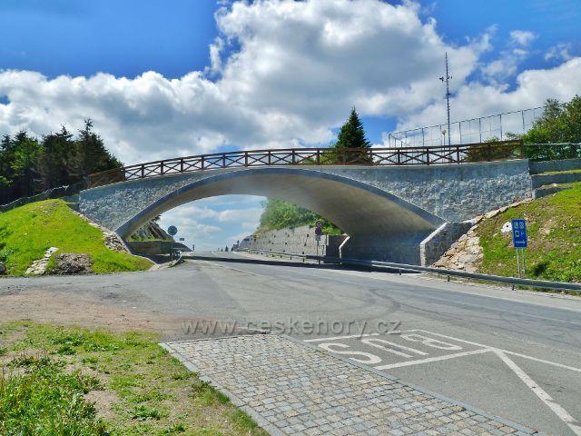 Nový přechodový most pro turisty přes novou komunikaci na Červenohorském sedle