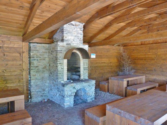 Interiér nového turistického přístřešku na rozcestí Císařská lovecká bouda
