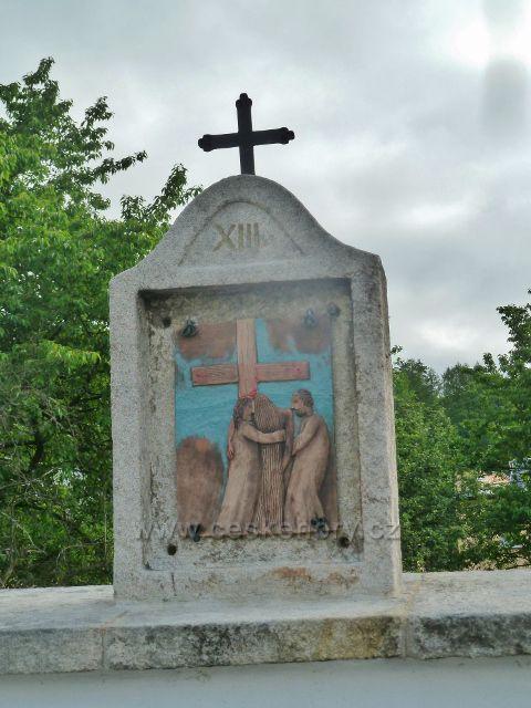 Kobylá nad Vidnávkou - jedno ze čtrnácti zastavení Křížové cesty umístěná po obvodu zdi místního hřbitova