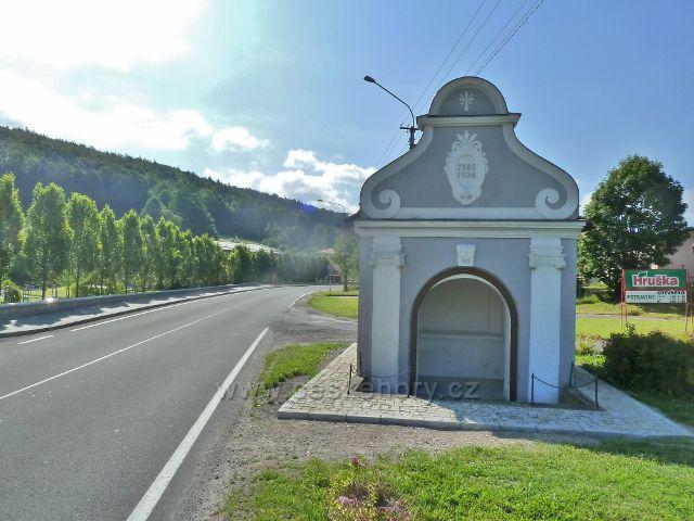Vápenná - výklenková kaplička ve středu obce