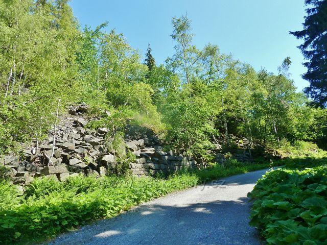 Vápenná - silnička v sedle mezi Žulovým a Jasanovým vrchem