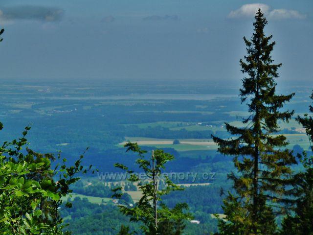 Vápenná - pohled z Jasanového vrchu k Velkému rybníku u Černé vody