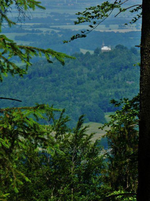 Vápenná - průhled z úbočí Jasanového vrchu ke kostelu Panny Marie Bolestné na Boží hoře nad Žulovou
