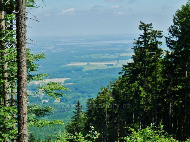Vápenná - pohled z úbočí Jasanového vrchu k vrchu Píšťala, v pozadí Velký rybník