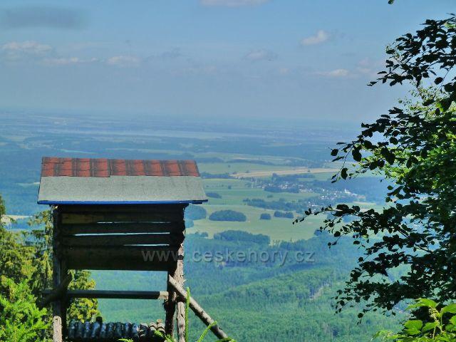 Vápenná - pohled z úbočí vrchu Na Radosti na Černou Vodu a Velký rybník