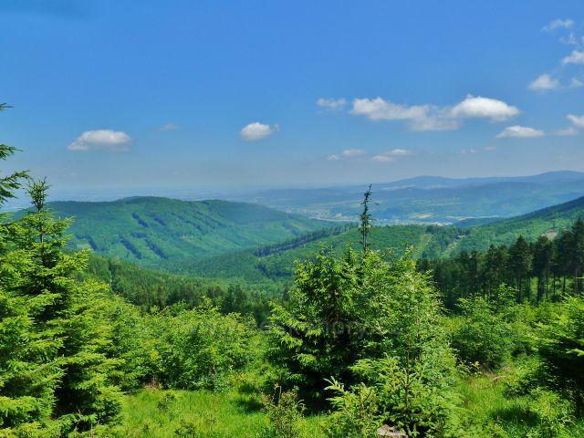 Lázně Jeseník - pohled z úbočí Studničního vrchu k Písečné a na hřeben Černé hory