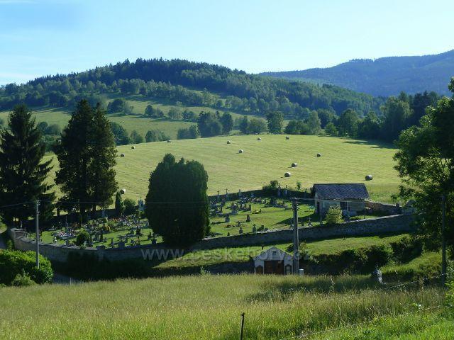 Nové Losiny - pohled od kostela sv.Isidora na hřbitov a vrch Losín