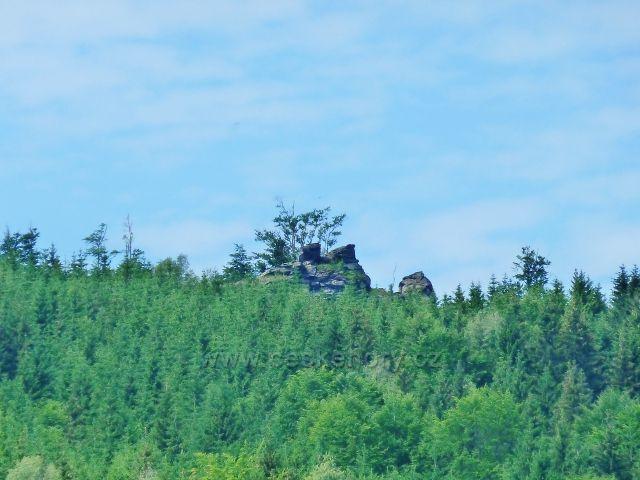 Loučná - skála s vyhlídkovým místem na vrchu Tři kameny