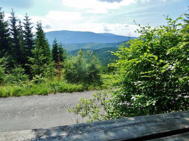 Horní Lipová - pohled z odpočívadla na výhledovém místě nad Horním lesním barem k Jesenickým hřebenům
