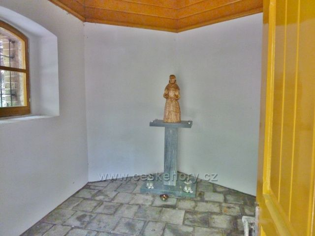 Ramzová - interiér kapličky u pramenu Dobré vody