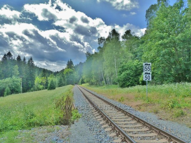 Branná - jeden z mála rovných úseků horské železniční tratě z Branné do Ostružné