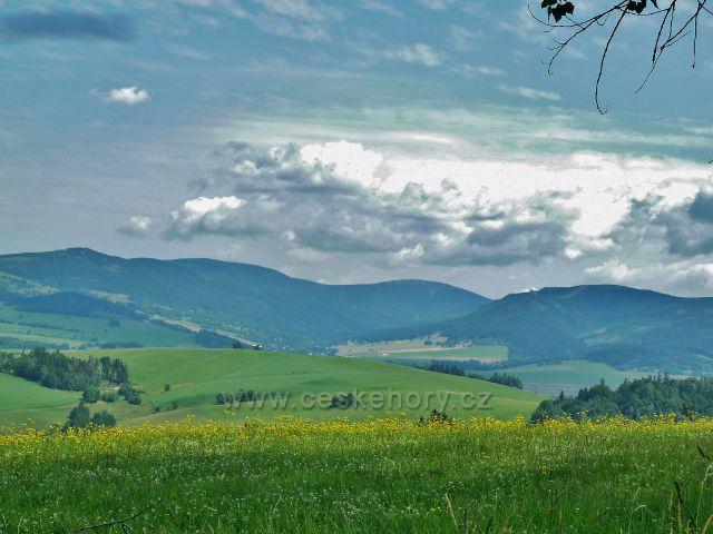 Horní Hedeč - pohled od klášterní aleje na masiv Králického Sněžníku